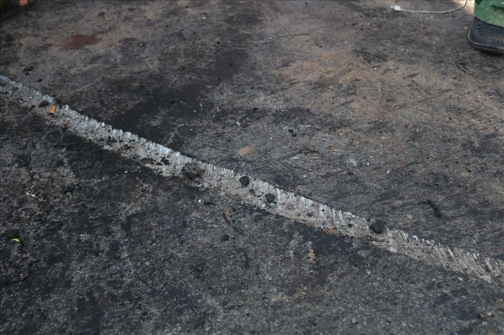 Vụ tai nạn đã tạo nên một vệt lõm trên đường. Ảnh: Đ.V