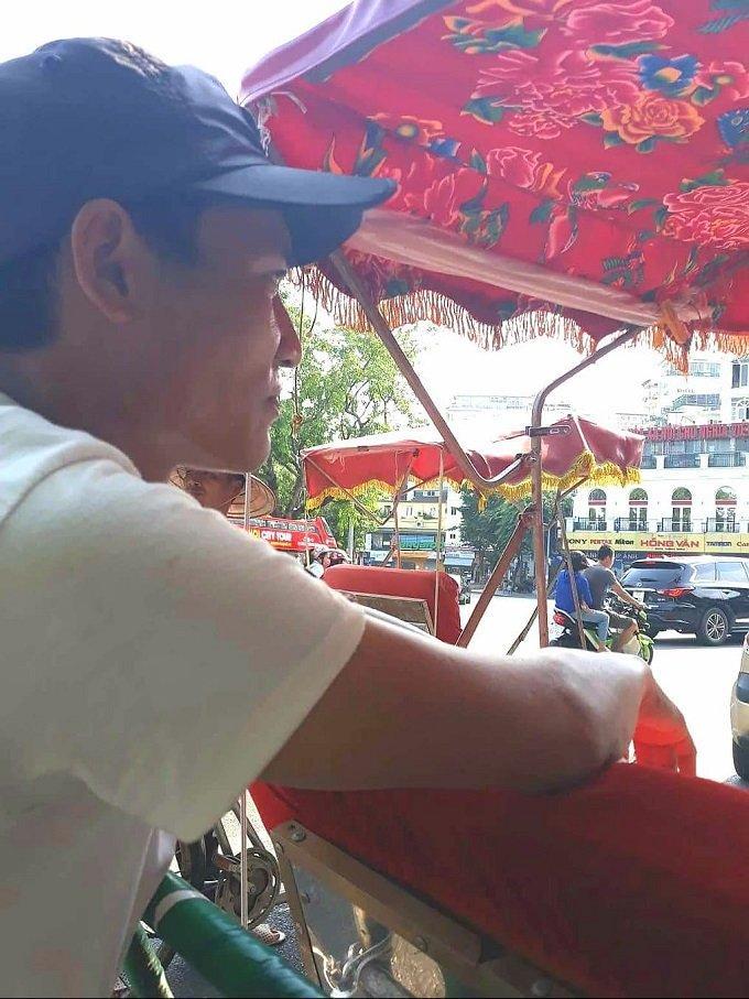 Anh Phạm Văn Hưng (SN 1985, quê Nam Định) - tài xế xích lô 4 năm tại khu vực phố cổ Hà Nội.