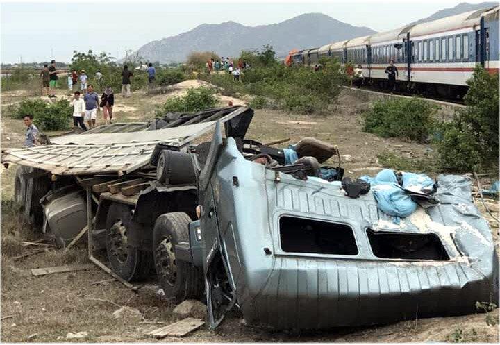 Vụ tai nạn làm xe tải vỡ nát