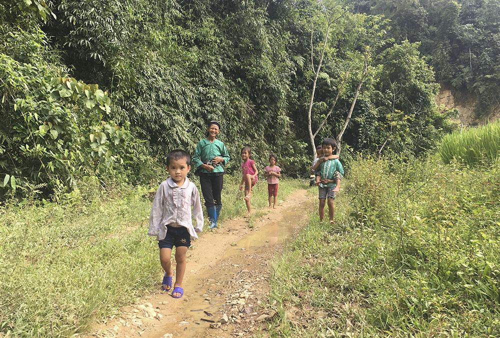 Những em học sinh ở Slam Coóc trên đường đi đến Điểm trường để học