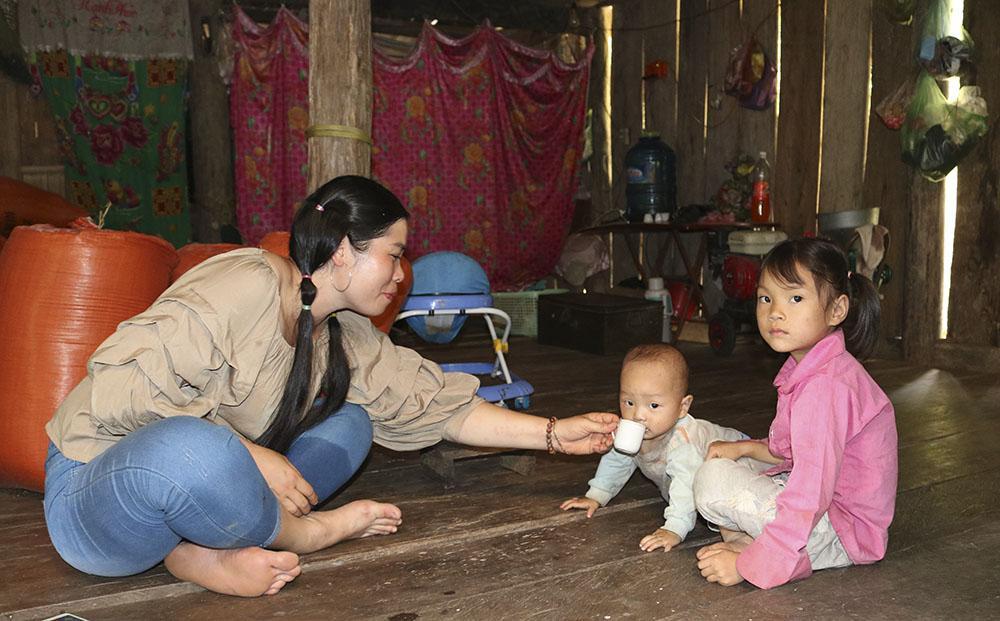 Cô giáo Vi Thị Huyền tại nhà một em học sinh ở thôn Slam Coóc.