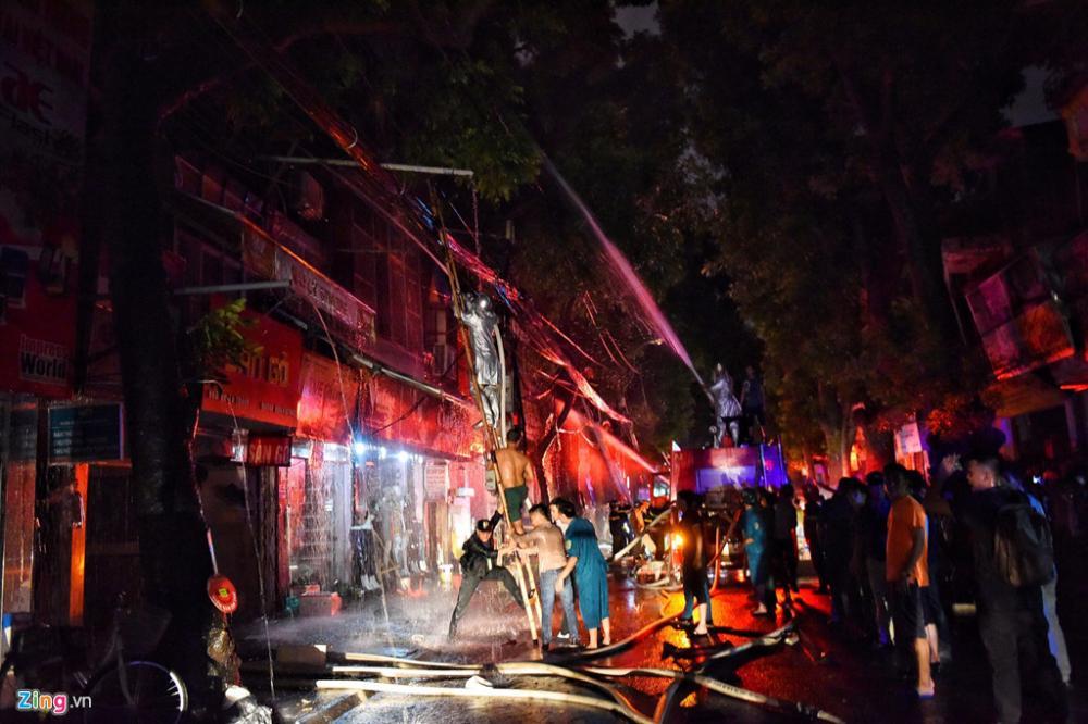 Lực lượng cảnh sát và lính cứu hỏa mất gần 4 tiếng đồng hồ để khống chế đám cháy. Ảnh: Việt Linh.