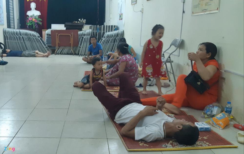 Các bệnh nhi và người nhà được ở nhờ tại nhà văn hóa cụm 5, phường Ngọc Khách, quận Ba Đình. Ảnh: Ngọc Tân.