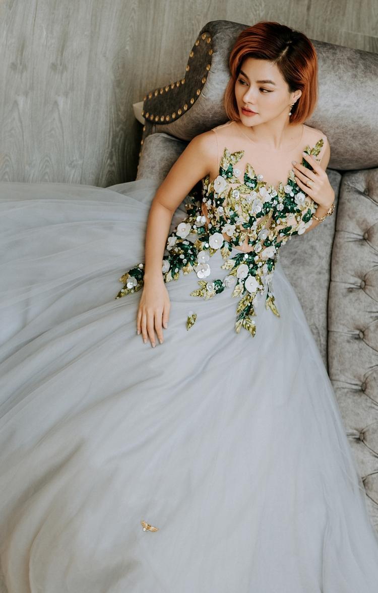 Trong một thiết kế khác cô nhấn nhá vào phần ngực với những phần kết hoa 3D dày đặc. Để giảm độ nặng nề và rườm rà, Vũ Thu Phương đã để phần tùng váy trơn xõa.