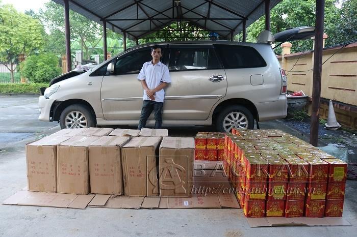 Nguyễn Văn Tư cùng chiếc xe gây tai nạn và số pháo vận chuyển trái phép tại Công an TP Bắc Kạn