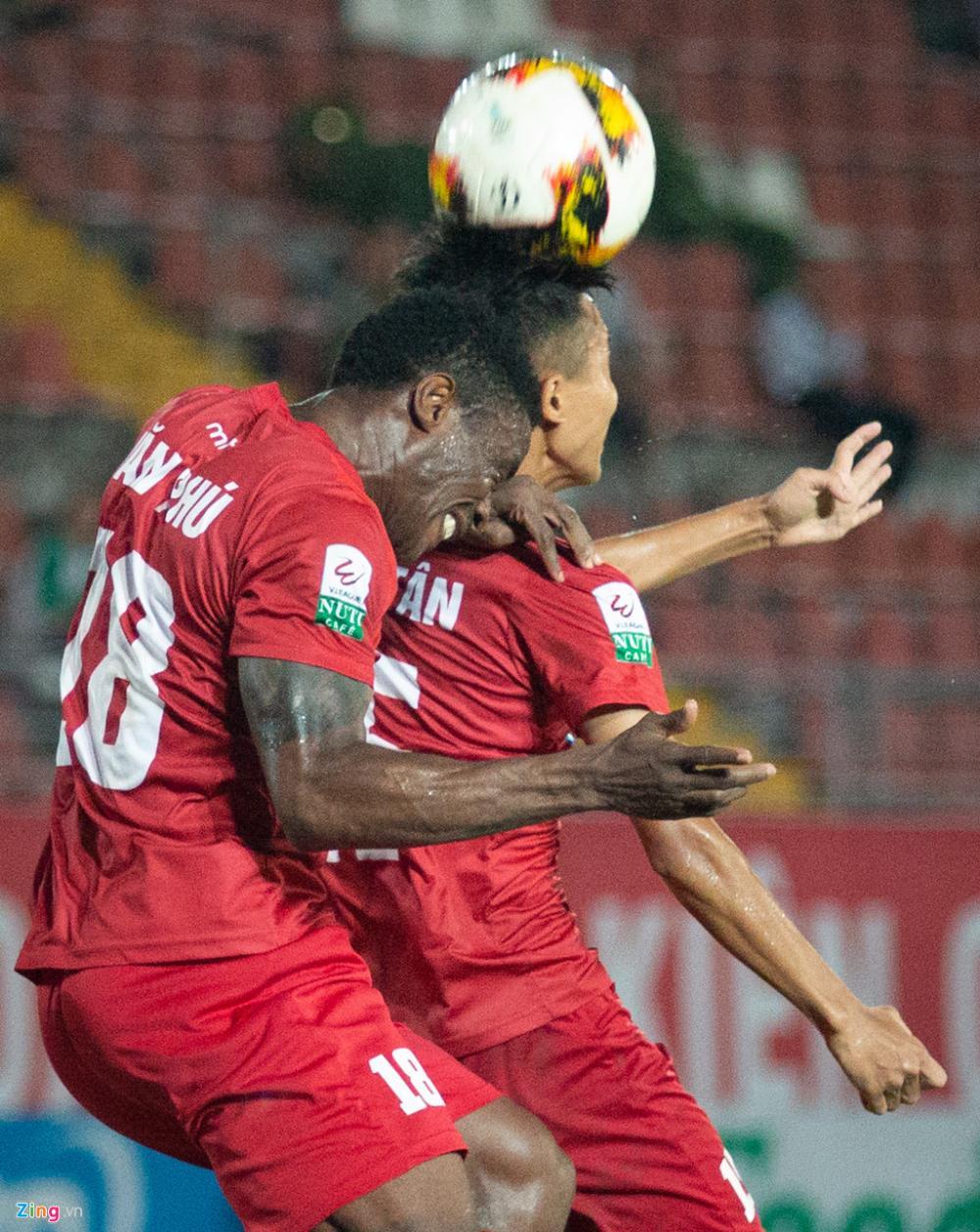 Sau bàn gỡ hòa của đội Nam Định, trận đấu được bù giờ 4 phút. CLB thành Nam được đà tâm lý, dồn lên tìm bàn gỡ trong những phút cuối với hàng loạt tình huống đưa bóng vào trong cho Diogo. Tuy vậy, các hậu vệ Hải Phòng đã giải nguy thành công, giữ tỷ số 1-1 đến hết trận.