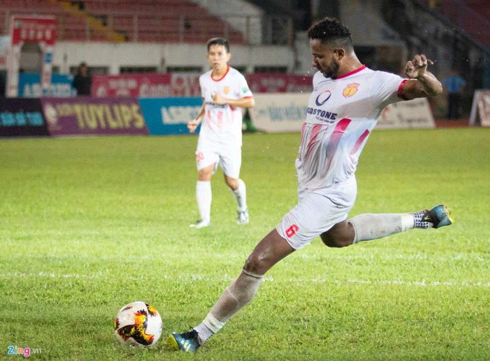 Chơi mờ nhạt cả trận nhưng khi được trao cơ hội rất ngon ăn, Diogo không mắc một sai lầm nào khi sút tung lưới Văn Lâm, gỡ hòa cho CLB Nam Định ở những giây thi đấu chính thức cuối cùng.