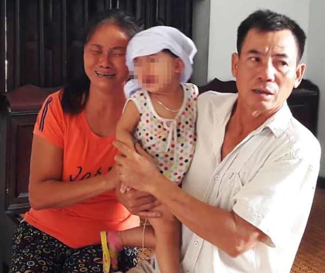 Cháu Bảo Châu (con thứ 2 của vợ chồng anh Vạn) còn quá nhỏ để hiểu hết nỗi đau này. Ảnh: Phạm Hòa.
