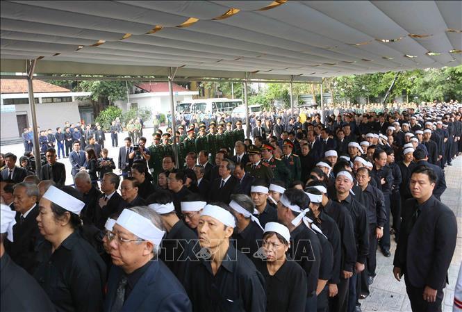 Các đồng chí lãnh đạo, nguyên lãnh đạo Đảng, Nhà nước cùng đông đảo đại diện các cơ quan, ban, ngành Trung ương, địa phương tới viếng Chủ tịch nước Trần Đại Quang.