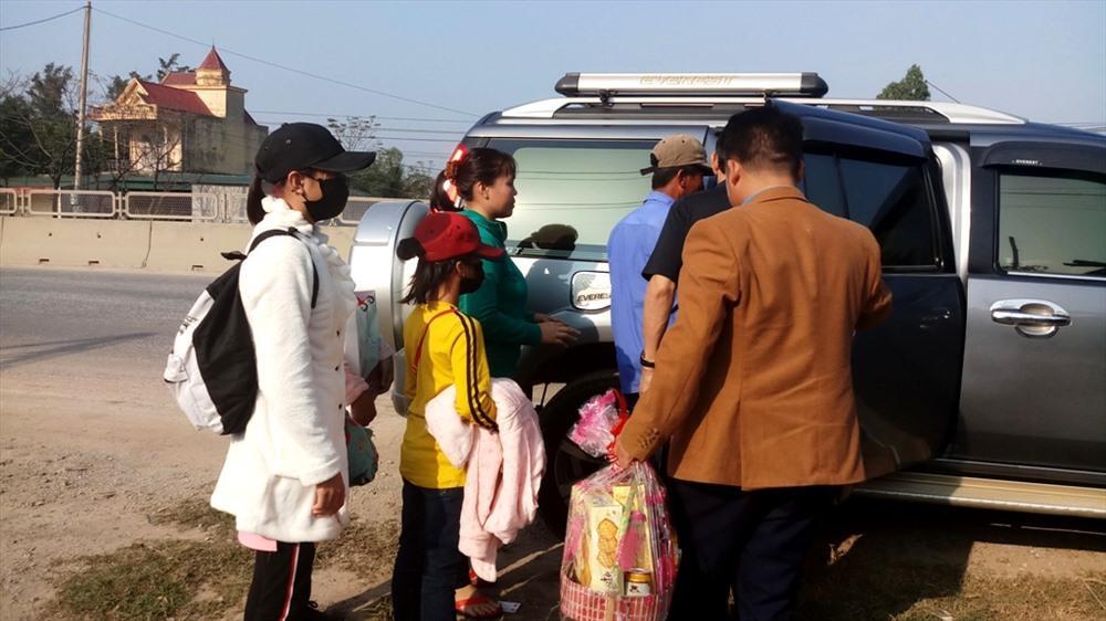 Cả gia đình lên chuyến xe để trở về nhà đón tết sau 16 năm xa cách. Ảnh: Quách Du