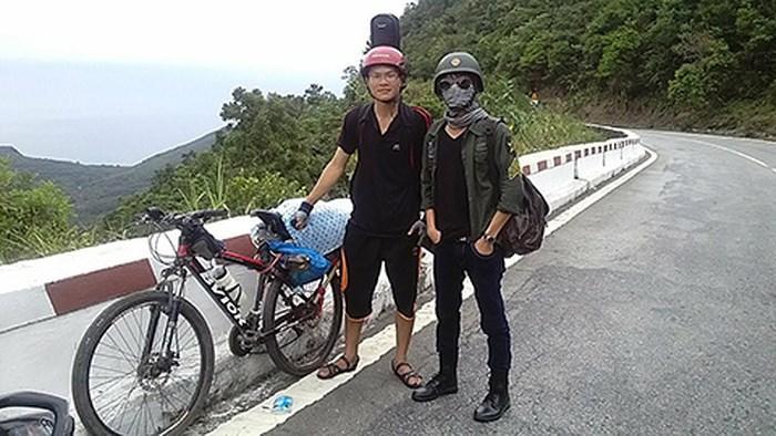 Đỗ Trường Hùng (bên trái) cùng chiếc xe đạp trong chuyến hành trình vào Đắk Lắk báo đỗ đại học với bố năm 2014. Ảnh: NVCC