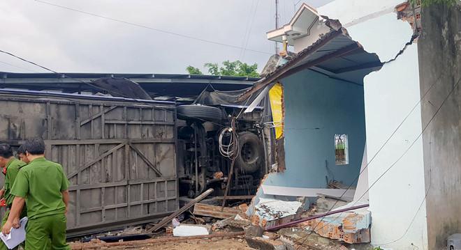 Nhiều ngôi nhà bị tông sập. Ảnh: An Bình.