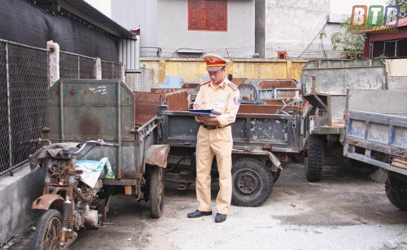 Lực lượng cảnh sát giao thông Công an huyện Đông Hưng kiểm tra các phương tiện xe 3, 4 bánh tự chế.