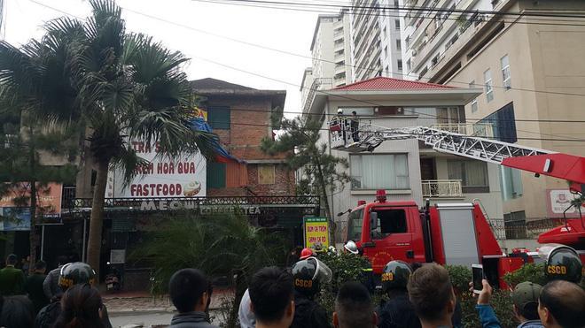 Công an dùng xe thang tiếp cận hiện trường.