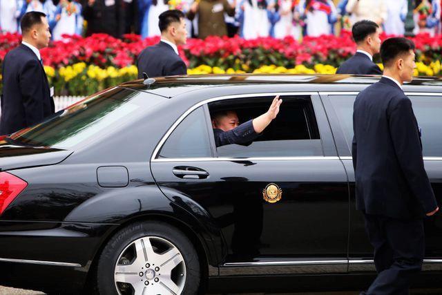Chủ tịch Kim Jong-un thoải mái mở cửa xe vẫy chào người dân Việt Nam. Ảnh: Dân trí