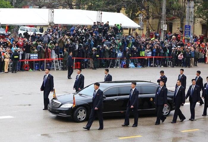 Chiếc Mercedes S600 thường được Chủ tịch Kim sử dụng đã được đem sang Việt Nam.
