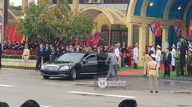 Chủ tịch Triều Tiên Kim Jong Un xuống tàu ở Đồng Đăng, ngồi siêu xe Mercedes S600 di chuyển về Hà Nội - Ảnh 10.