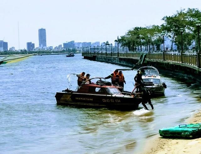 Cơ quan chức năng quần thảo sông Hàn tìm thi thể nạn nhân.