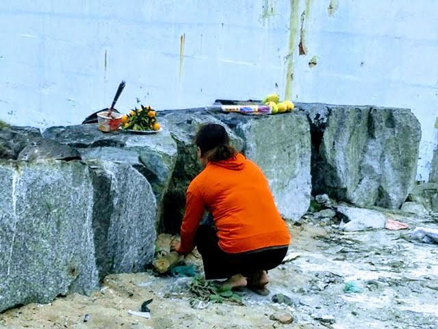 Người thân thắp hương, cầu khấn với hy vọng sớm tìm được thi thể cháu Nh.