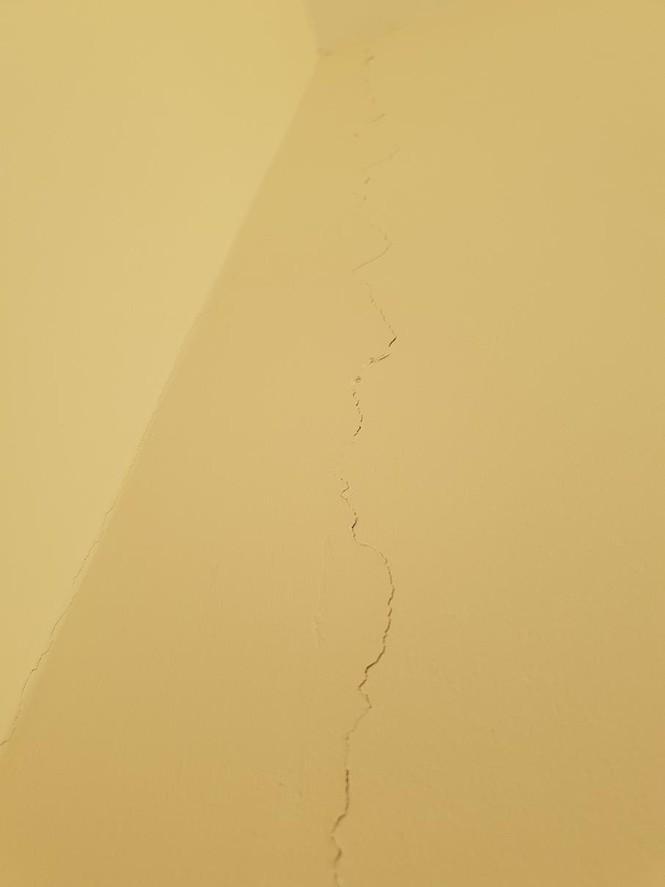 Hàng loạt vết nứt chạy ngang dọc trên các mảng tường