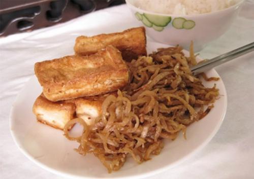 8. Xá pấu: Xá pấu là tên gọi của cộng đồng người Hoa cho món củ cải muối. Cách chế biến món đặc sản này cũng khá dễ: củ cải rửa sạch, cắt thành cọng nhỏ phơi khô sau đó muối với đường, ngũ vị hương, Món này ăn ngon nhất khi kết hợp cùng cháo trắng, đậu phụ rán giòn. (Ảnh: Nhathi).