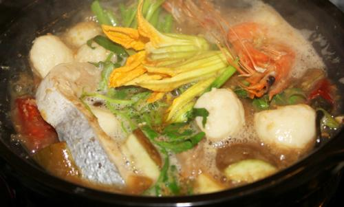 1. Lẩu Mắm: Nơi đây, người dân thường chế biến món lẩu này từ mắm cá sặc cùng nước dừa tươi, sả và tỏi phi thơm ngào ngạt. Lẩu mắm ăn kèm thịt ba chỉ, các loại cá lóc, cá ba sa... và rau cần, rau muống, mồng tơi, cải tím, ngó sen, bông so đũa, lục bình... (Ảnh: Lê Hà Ngọc Trâm).