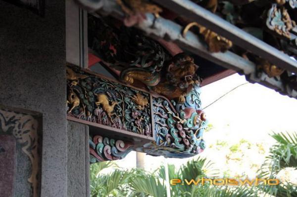 Họa tiết chạm khắc tinh tế của ngôi miếu cổ. (Nguồn: mytour.vn)
