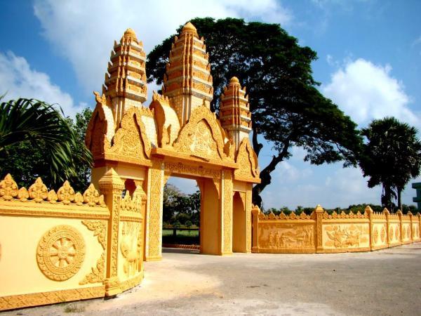 Cổng chùa nổi bật đậm sắc thái Khmer. (Nguồn: mytour.vn)