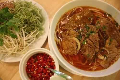 Bún bò cay có một hương vị rất riêng của vùng Bạc Liêu. (Nguồn: ivivu.com)
