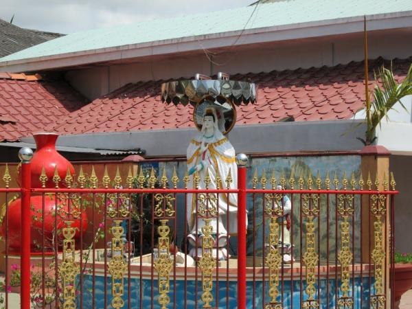 Tượng Phật Quan Âm trang trọng trong cổ miếu. (Nguồn: mytour.vn)