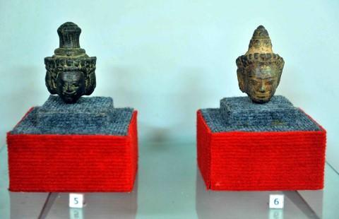 Qua nhiều lần khai quật, các nhà khảo cổ tìm thấy tại tháp cổ những hiện vật với nhiều chất liệu như đồng, đá quý và gỗ. (Nguồn: Minh Đức)
