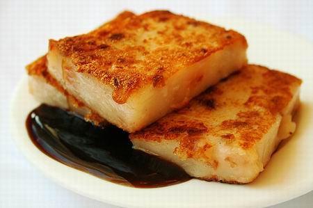 Bánh củ cải đem chiên vàng rồi để nguội cắt thành nhiều miếng nhỏ. (Nguồn: diadiemdulich.com)