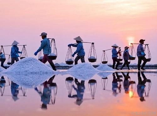 Vẻ xinh đẹp, trữ tình của những ruộng muối biển. (Nguồn: thichdi.com)