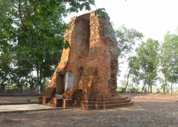 Toàn bộ kiến trúc của tháp được mô phỏng theo kiến trúc đền Ăngkor của người Khmer ngày xưa. (Nguồn: toplist.vn)
