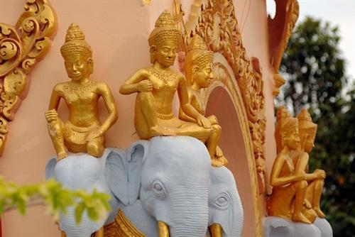 Các hình tượng đặc trưng kiến trúc Angkor của dân tộc Khmer, được nghệ nhân thể hiện một cách tinh xảo và sinh động tại các không gian của chùa.
