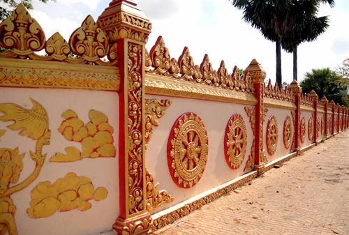 Một góc không gian của chùa được trang trí, chạm khắc với nhiều hình tượng độc đáo.