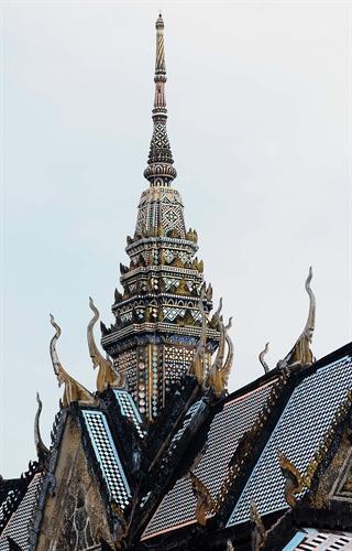 Mái chùa được cấu trúc thành nhiều tầng, lớp chồng lên nhau.