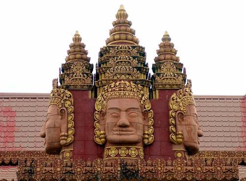 Chùa mang kiến trúc Angkor của dân tộc Khmer, thể hiện họa tiết những không gian mái vòm, tường, các hàng cột và cầu thang.