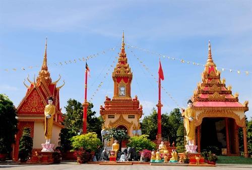 Một góc không gian kiến trúc với nhiều họa tiết độc đáo và sinh động tại chùa.
