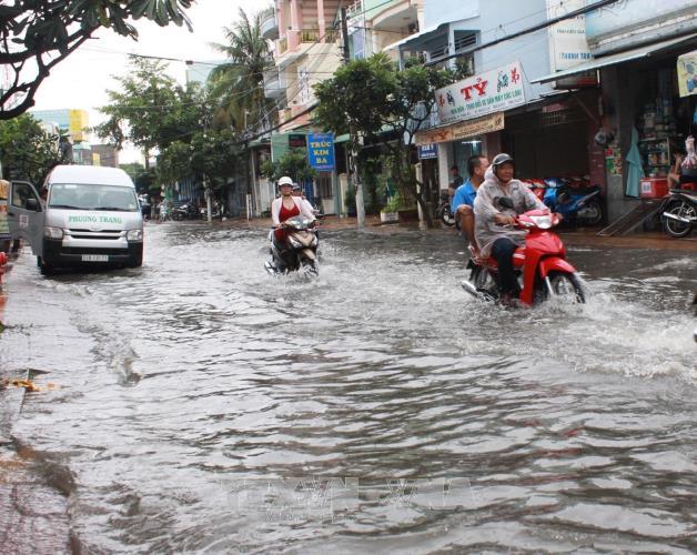 Triều cường gây ngập đường tại nội ô thành phố Bạc Liêu.