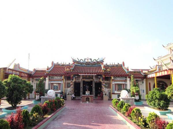 Khung cảnh ngôi chùa khang trang và cổ kính