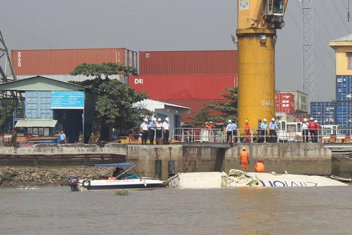 Thùng container bị rơi xuống sông, trôi dạt vào bờ cảng Cát Lái