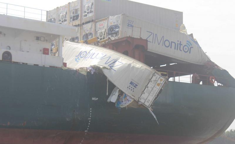 Một thùng container bị xé toạc, hàng hóa tuôn xuống sông Đồng Nai
