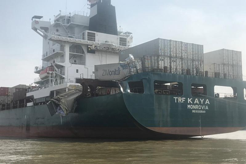 Tàu chở hàng container bị đâm, hư hỏng nặng