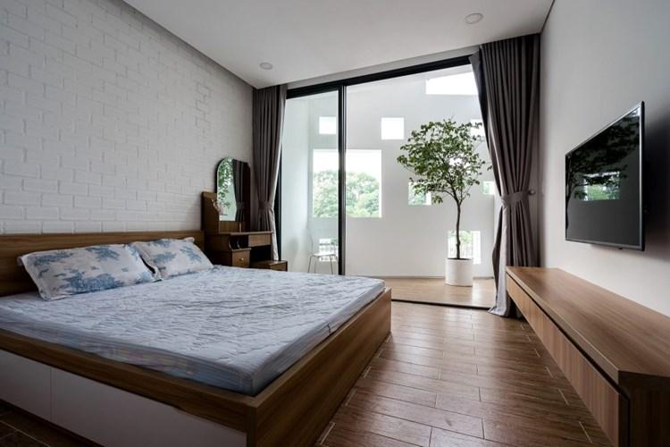 Phòng ngủ đơn giản, ngập ánh sáng và thoáng mát. Nguồn ảnh: Quang Trần/Handhome.