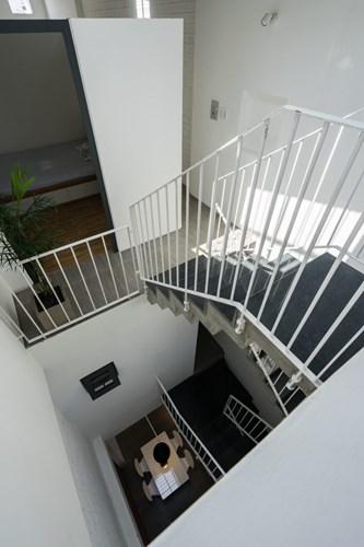 Lan can cầu thang kim loại mảnh tạo cảm giác nhẹ nhàng, thanh thoát.
