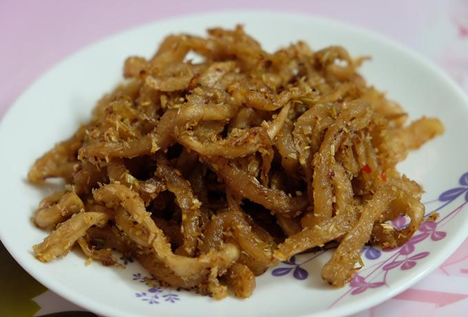 Xá bấu xào sả bằm là món ăn khá ngon. Sợi cải giòn, mặn mặn ngọt ngọt kết hợp với sả bằm có vị thơm và chút ớt cay cay phù hợp với món cháo trắng hoặc cũng có thể dùng cùng cơm trắng.