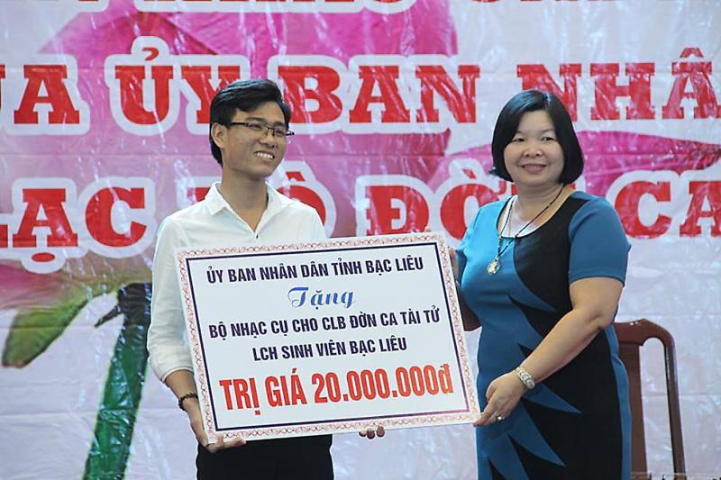 Trần Văn Quang nhận hỗ trợ nhạc cụ cho CLB Đờn ca tài tử Liên chi hội sinh viên Bạc Liêu. Ảnh: ĐĂNG HUỲNH