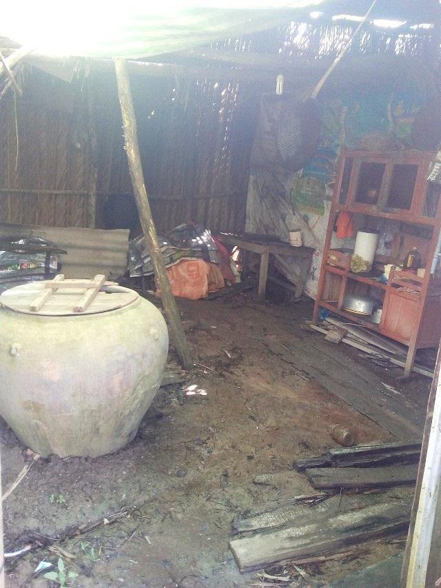 Căn nhà dột nát là nơi trú ngụ của ba mẹ con bà Sử - Ảnh: Interet