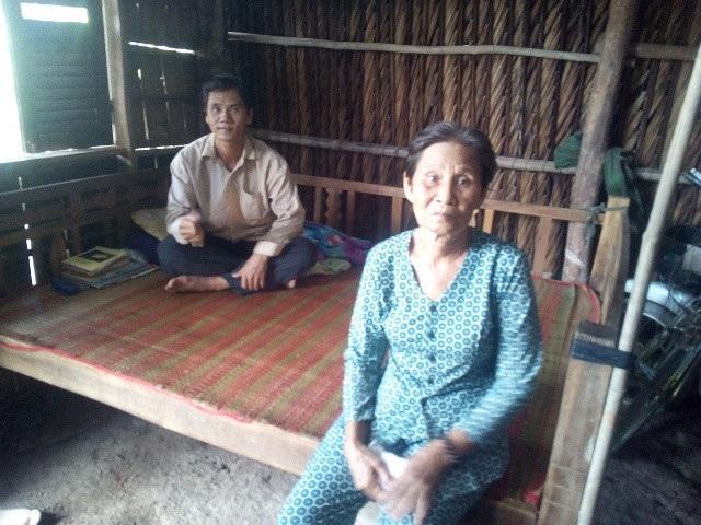 Bà Sử và người con trai mắc bệnh tâm thần - Ảnh: Internet